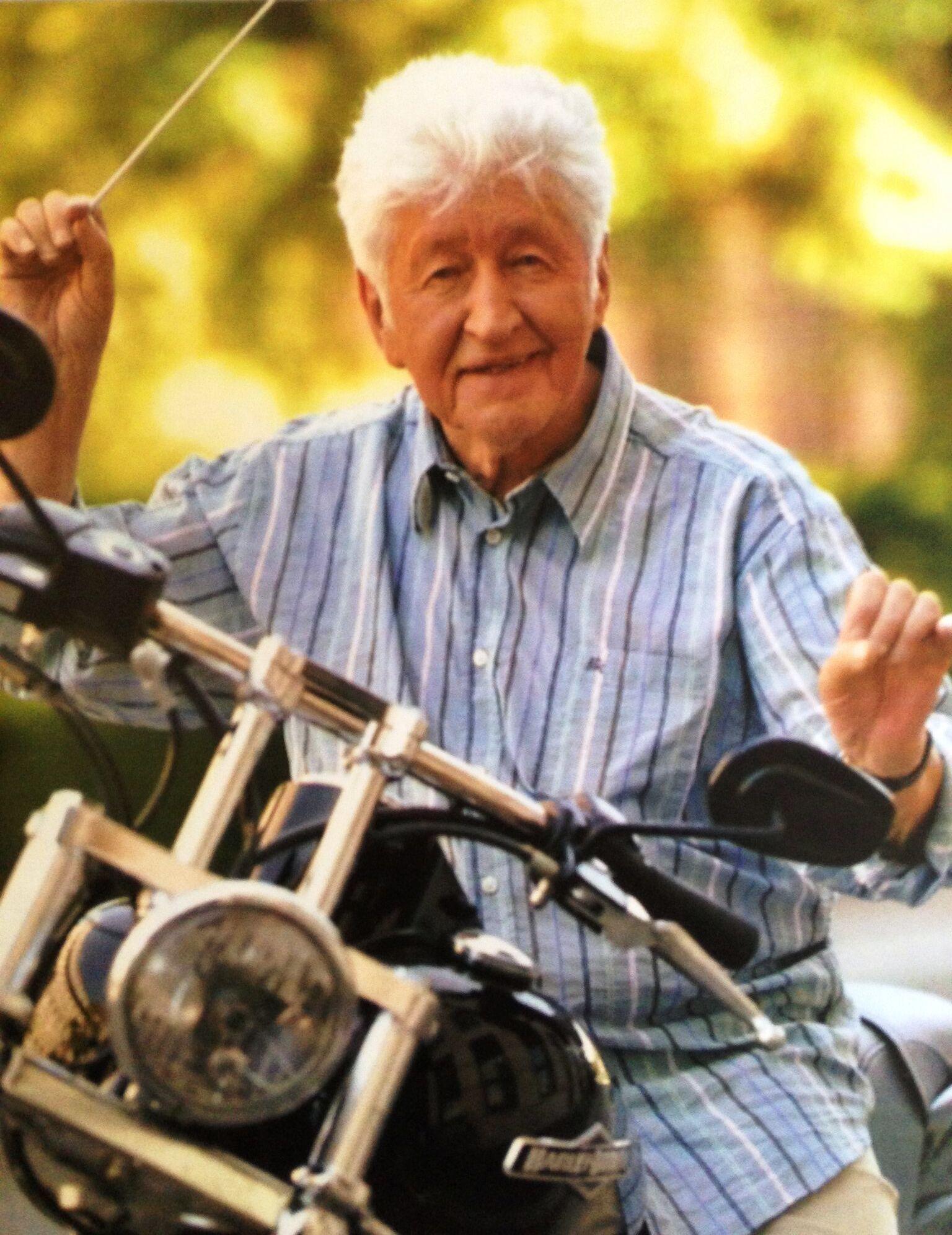 Auf einer Harley Davidson posierend