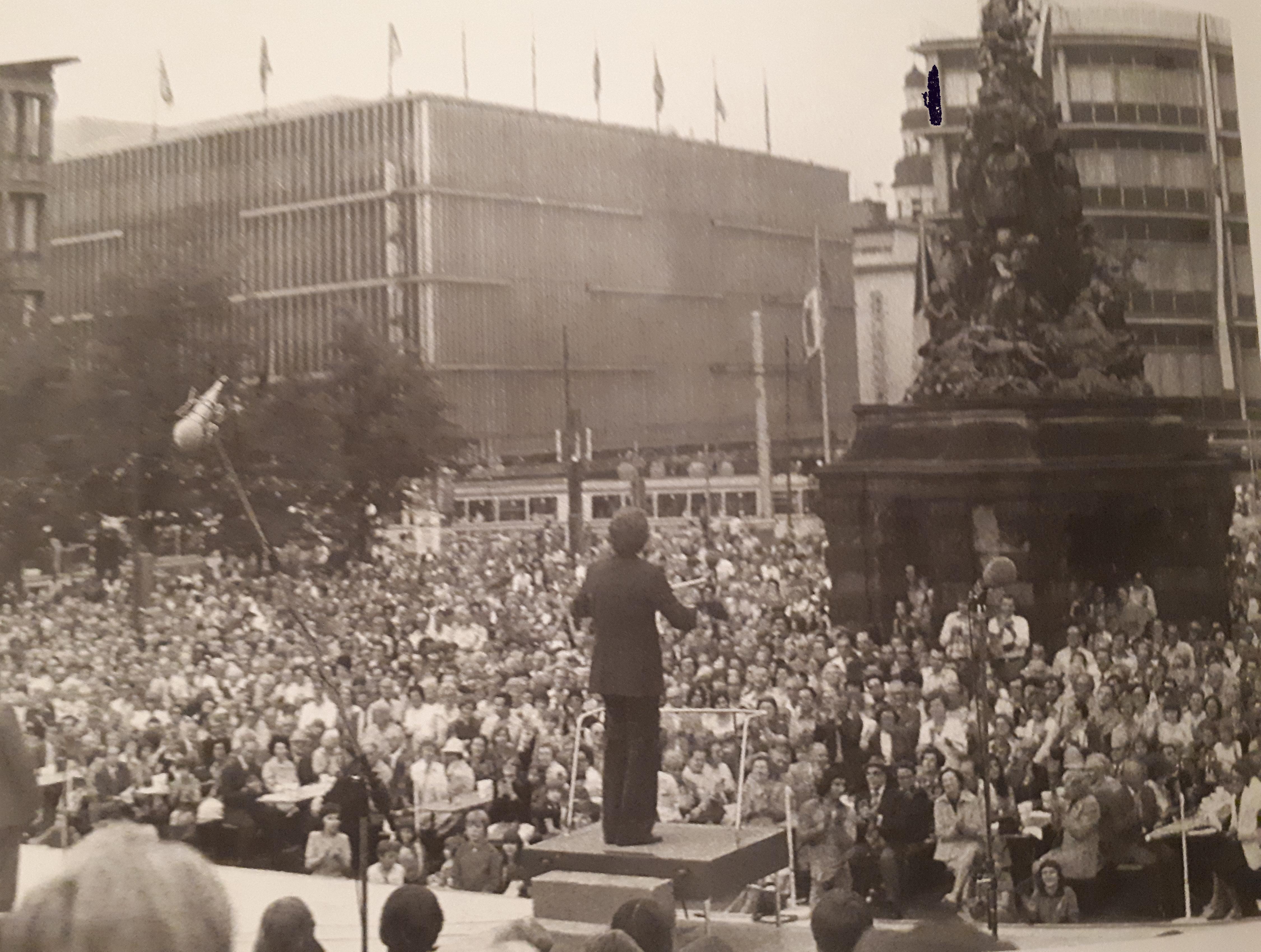 Menschenmengen begeistern war eine seiner einfachsten Übungen