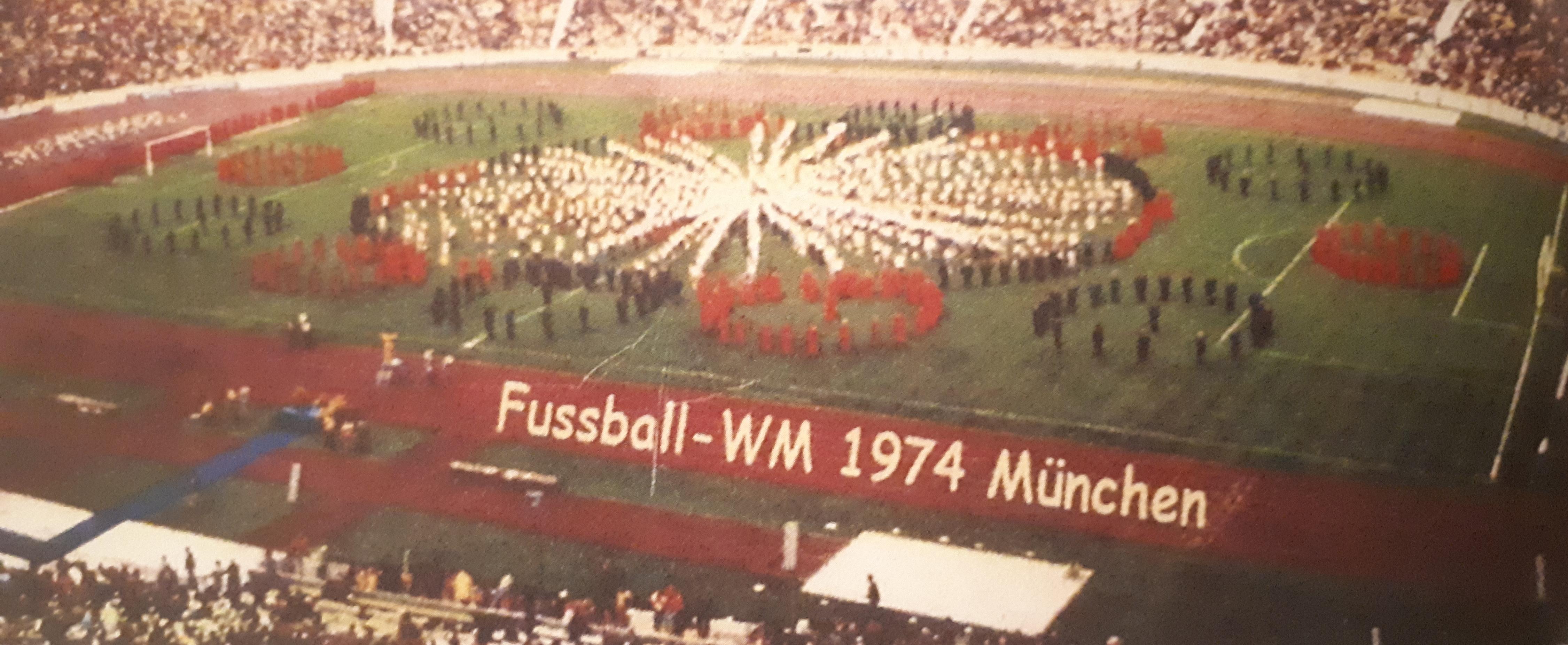 Vor dem WM Finale 1974 in München dirigierte Fischer seine Chöre im Olympiastadion - eine Milliarde Menschen an den Fernsehbildschirmen schauten zu